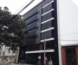 área libre de siete plantas y terraza con zona de cafetería.sótano y primer piso es área de parqueo para automóviles