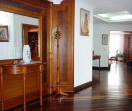 ascensor privado y altillo con iluminación natural que consta de: sala