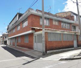 cuenta con terraza y tres apartamentos independientes dos en el primer piso y uno en el segundo piso