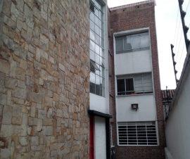 CERCA A ESTACIONES DE TRANSMILENIO CENTROS COMERCIALES Y CENTRO DE LA CIUDAD.